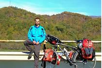 Tomáš Švaříček ze Starče se za začátku října vydal na kole do světa. Projel Balkán, před sebou má Afriku a na cestě chce být zhruba dva roky.