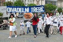 Začíná se průvodem. Tradiční průvod herců na Karlově náměstí dnes zahájí další ročník festivalu Divadelní Třebíč.