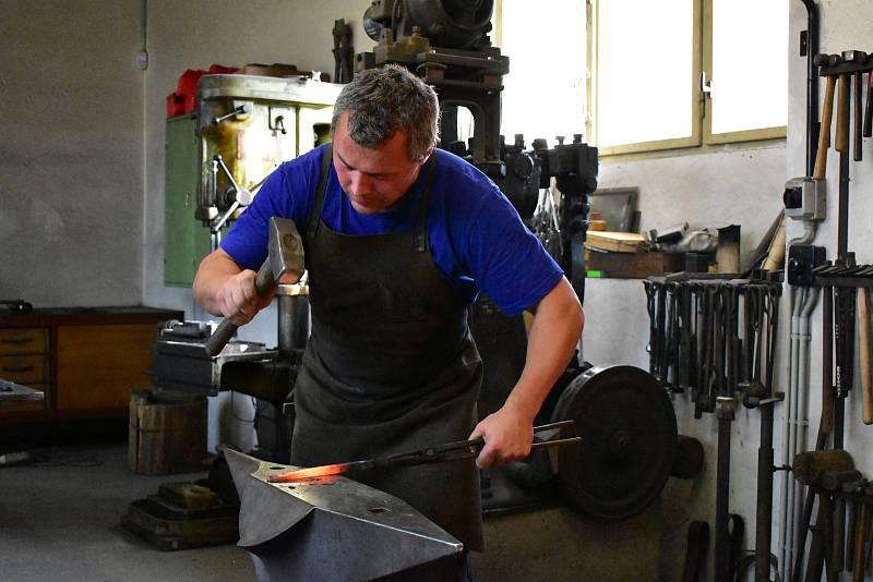 Kovář Luboš Jan, který má dílnu ve Slavičkách u Třebíče se spolu se svými kolegy již 2x zúčastnil kovářského mistrovství světa v Itálii. Minule jeho tým přivezl zlatou, letos bronzovou medaili.