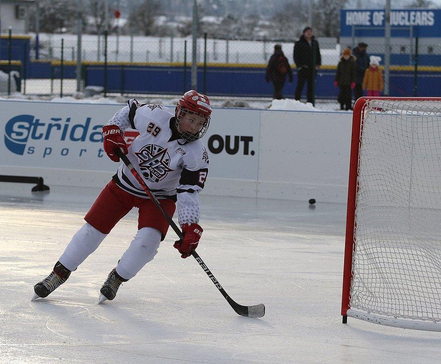 David Zmrhal z HC Dukla Jihlava při tréninku na umělé ledové ploše.