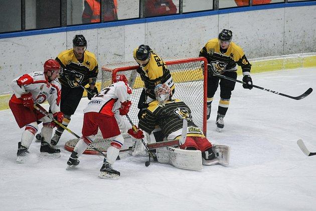 Vítězství si připsali o víkendu hokejisté Pelhřimov (ve bílém) i Moravských Budějovic (v černém). Medvědi si tak trochu překvapivě poradili se čtvrtým Táborem, se kterým se nepárali hned od začátku. Už po první třetině vedli o tři branky.