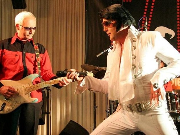 Někteří imitátoři dokáží téměř bez chyby napodobit slavného rock and rollového velikána Elvise Presleyho.