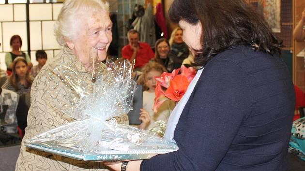 Helena Dejmková převzala cenu Čtenář roku.