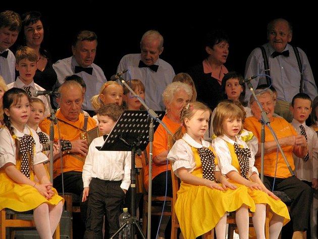 Na slavnostním vystoupení s názvem Se Sluníčkem v Pasáži, senioři zazáří vystoupily se seniory z domova i děti ze souboru Slunko.