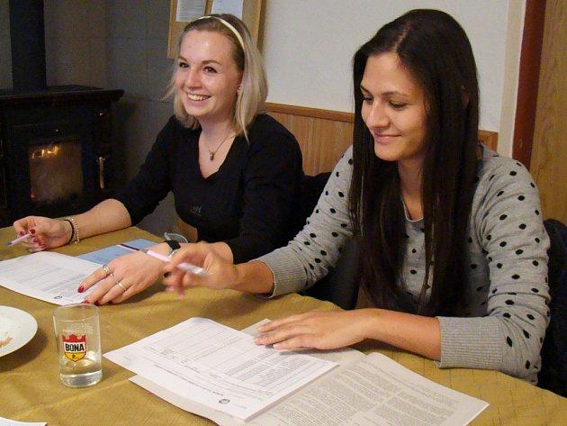 V útulném prostředí společenské místnosti meziříčských dobrovolných hasičů zasedla volební komise.