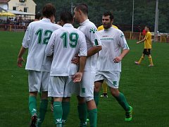 O jediný gól zápasu 6. kola okresního přeboru mezi Vladislaví a Přibyslavicemi (v bílém)  se postaral hostující Luboš Lopatář (s číslem 19).