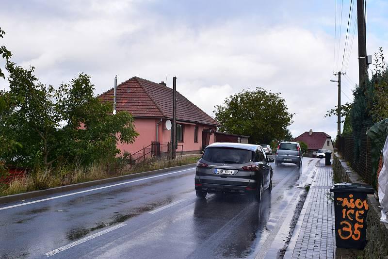 Obchvat vznikne kvůli výstavbě nových bloků Jaderné elektrárny Dukovany, uvítají jej ale i místní. Denně přes jejich obec přejedou tři tisícovky aut.