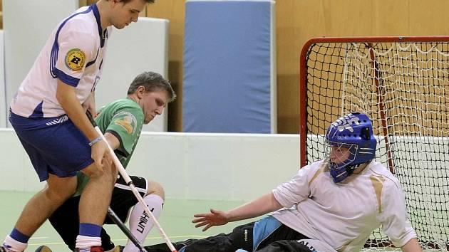 Florbalisté Snipers Třebíč (v bílém) zvládli pouze úvodní zápas sezony proti diviznímu nováčkovi z Lubné.