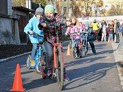 Na novou cyklostezku vyrazily děti s koloběžkami.