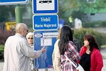 Cestující, kteří nenastudovali s předstihem nový jízdní řád, se včera na zastávkách snažili zjistit informace, jak se co nejrychleji mohou v rámci nového systému linek dopravit do svého cíle.