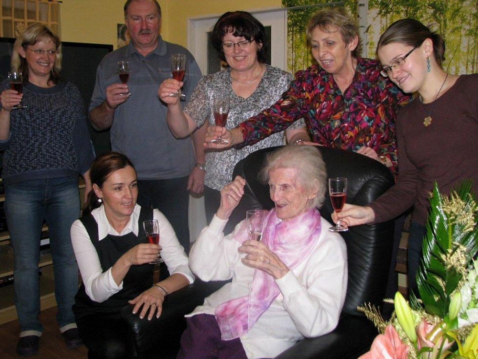 Marie Kaukušová oslavila své narozeniny spolu se zaměstnanci a klienty třebíčské Domovinky.