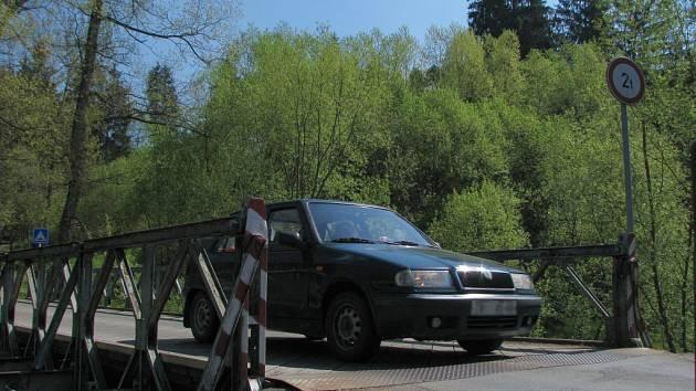 Zatímco u mostu přes náhon je značka povolující vjezd vozidlům do šesti tun, na most přes řeku Jihlavu smí jen auta do dvou tun.