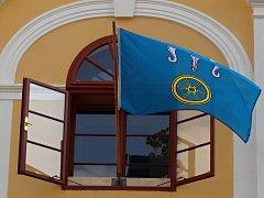 Vlajka městyse Okříšky ve své nesprávné, téměř tyrkysové barvě.