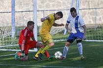 Podle slov trenéra Karla Kolesy má kádr fotbalistů Budišova (ve žlutém) solidní potenciál.