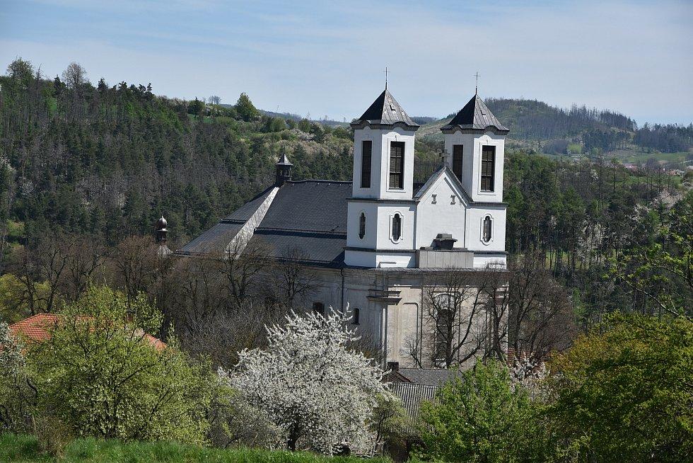 Pohled na kostel  sv. Anny a kostel Narození Panny Marie směrem od hřbitova