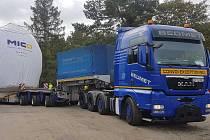 Nadměrný transport ze závodu MICo Group z Třebíčska směr Velká Británie budil zájem veřejnosti. Lidé však jen odhadovali, k čemu budou sloužit nádrže pod plachtami.