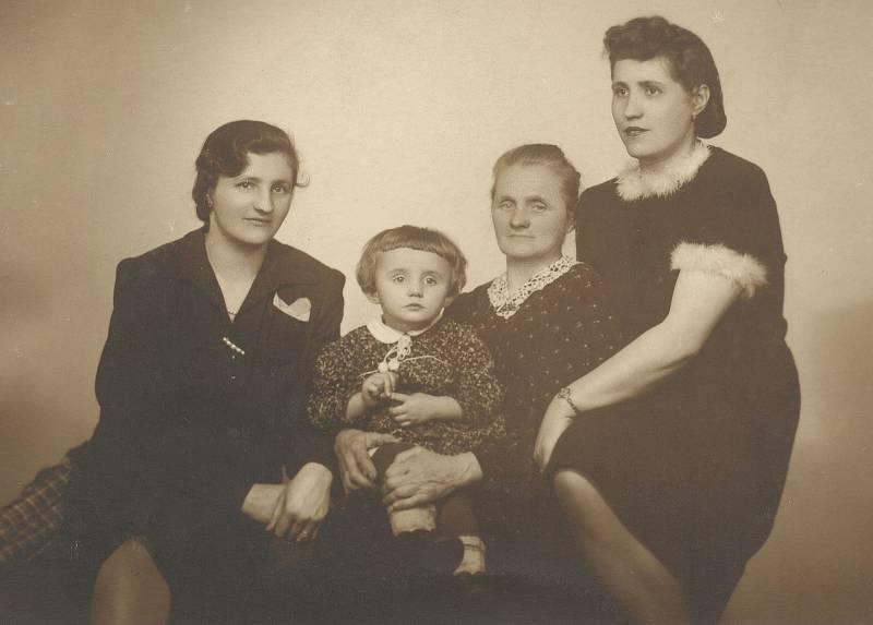 Zleva Ludmila, dcera Ludmila, matka sester Kovátníkových Marie a Marie Kovárníková.
