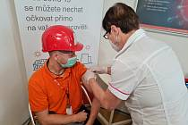 V areálu Jaderné elektrárny Dukovany měli zaměstnanci možnost nechat se naočkovat proti koronaviru.