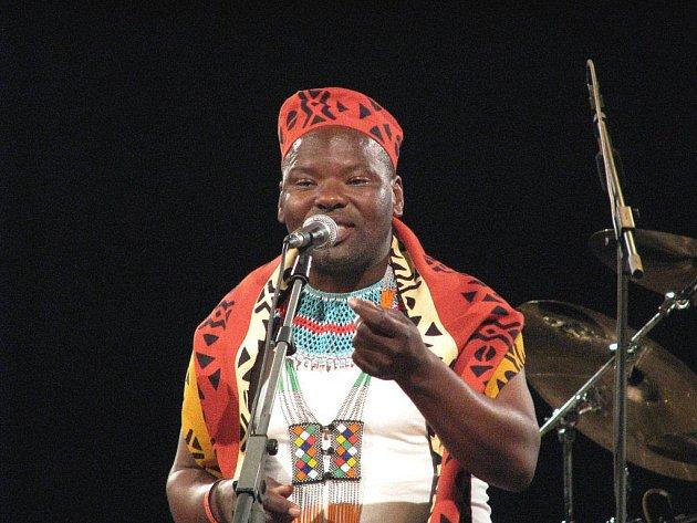Jubilejní pětadvacátý ročník Folkových prázdnin je minulostí. Festival v sobotu v Náměšti nad Oslavou zakončilo neopakovatelné vystoupení souborů Hradišťan, Jumping Drums a afrického hudebníka Dizu Plaatjiese.