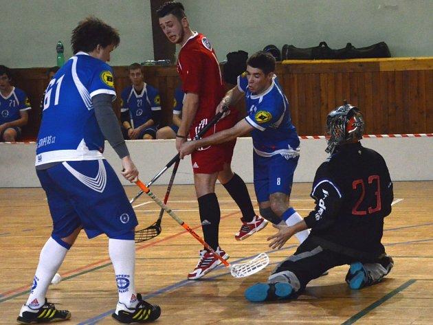 Florbalisté Snipers Třebíč (v modrém) dnes změří síly v okresním derby 7. kola divize C se spojeným týmem Okříšky-Kněžice..