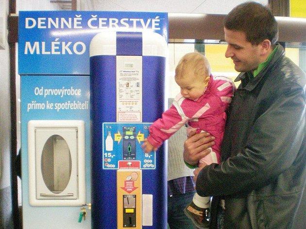 Mohelno – Vzhledem k častým negativním reakcím hygieniků na čerstvé nepasterizované kravské mléko z automatů oslovil Deník také druhou stranu. Za provozovatele mléčných automatů se vyjádřil jeden z nich – Michal Smetana, ředitel společnosti Agro Mohelno.