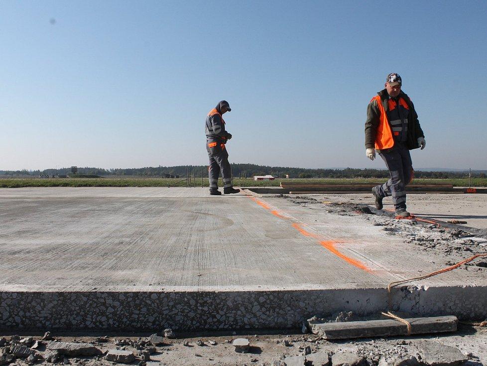 Část pojezdové dráhy na vojenském letišti u Náměště nad Oslavou prochází plánovanou rekonstrukcí. Mění se železobetonový povrch, jde o vrstvu o síle 12 až 14 centimetrů. Od úterý 3. října tak nesmějí letiště po dva týdny využívat křídlaté letouny.