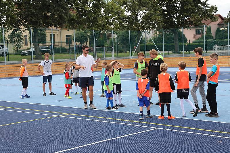 Se závěrem prázdnin se veřejnosti otevřelo na Třebíčsku několik hřišť. Nové multifunkční sportoviště mají v Hrotovicích, v Jemnici zřídili několik dětských hřišť s prolézačkami.