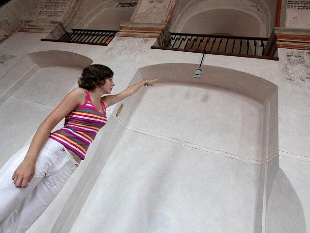 Zadní synagogu v Třebíči odvlhčuje obsluha standardně po celý rok. Vodu z odvlhčovače stačí normálně vylévat jednou za dva dny, v současném počasí je to ale potřeba dělat i dvakrát denně.