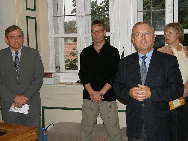 Na snímku z vernisáže zleva Ivo Binder, autor výstavy Walther Smeitink a vedoucí pobočky muzea Václav Kovář.