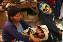 Fotka, tak jak ji život v Peru přinesl. Máma s dětmi na tržišti.