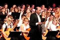 Rotary Club uspořádal ve středu již pošesté akci s názvem Děti dětem. Kromě mladých muzikantů ze Základní umělecké školy v Třebíči vystoupili na pódiu i jejich vrstevníci s partnerského Lilienfeldu.