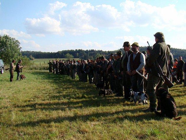 Slavnostního nástupu před naháňkou se zúčastnilo na sto myslivců. Divočákům tím skončily prázdniny.