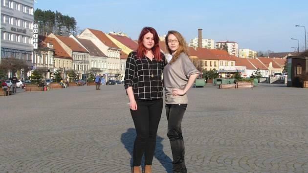 """Nikola Piálková (vlevo) a architektka Soňa Formanová spolu natočily krátký dokument o Karlově náměstí nazvaný """"V sedum u Cyrila"""". Formanová v něm pojmenovává problémy centra města z pohledu studentky architektury."""