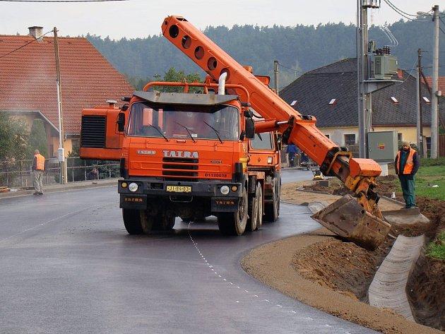 Ještě měsíc by se v úseku Pocoucov – Třebíč mělo pracovat na chodnících a úpravách krajnic.