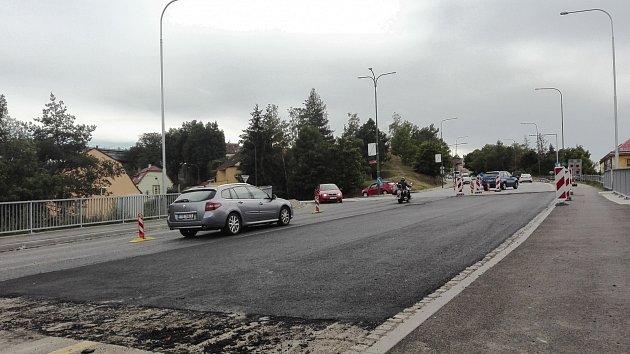 Oprava povrchu silnice nad podchodem do Libušina údolí