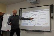 V třebíčské Nuvii vyvinuli systém zařízení, které dokáže přesně změřit úroveň i místo radioaktivity z dronu. Vývojář Petr Sládek ukazuje, jak je systém variabilní.