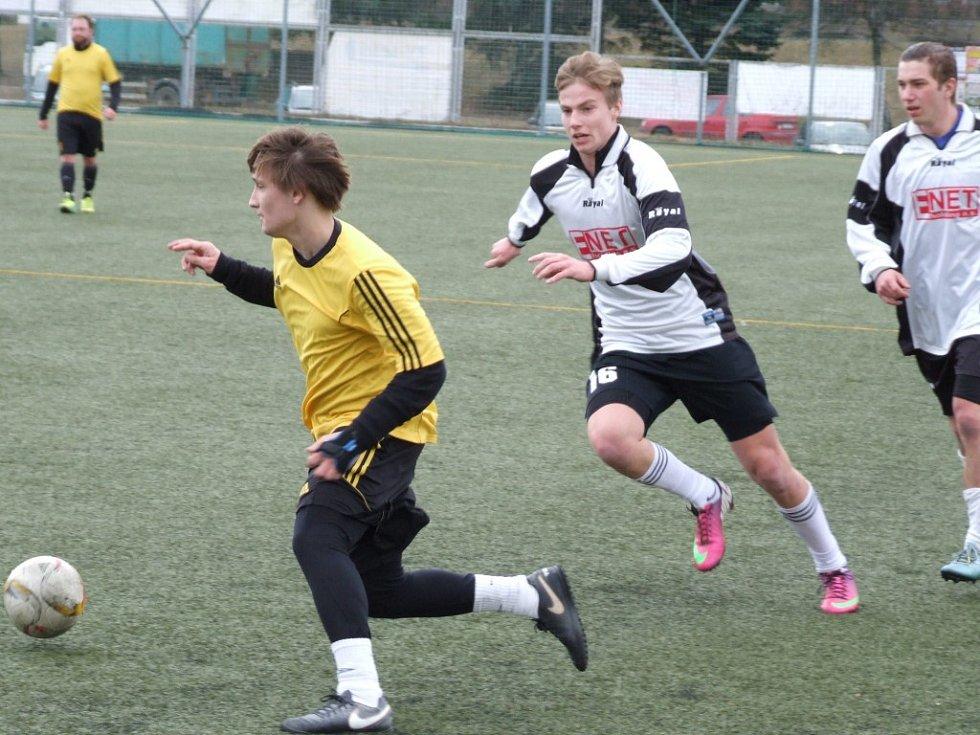Kvalitní zápas nabídl duel mezi fotbalisty z Dukovan a Šebkovic (v bílém), které držely se soupeřem krok do 60. minuty a pak právě Dukovany rozhodly čtyřmi góly.