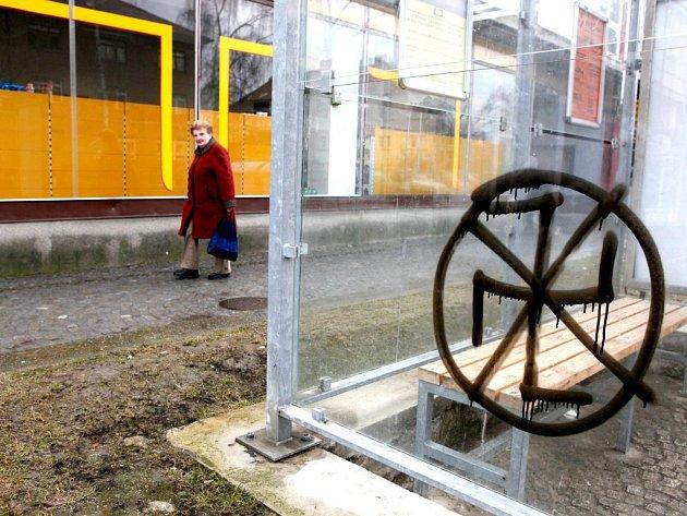Přeškrtnutý hákový kříž nasprejoval zatím neznámý pachatel na přístřešek autobusové zastávky v Demlově ulici.
