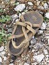 Ani se nedivím, že tenhle sandál jeho majitel odložil. Na dalekou pouť bych se v něm fakt vypravit nechtěl (byť chápu, že středověcí poutníci, kteří cestu často absolvovali bosky, by za něj byli vděční).