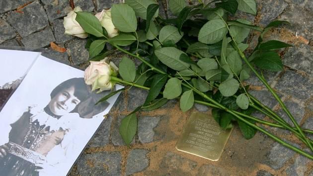 Stolpersteine na památku Anny Taussigové Ingberové se od středy nachází před Černým domem.