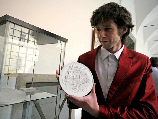 Autorem výtvarného návrhu je Martin Dašek.