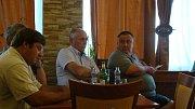 Starostové při setkání s představiteli družstva Coop HB. Uprostřed Jan Nekula z Kostníků, vpravo Zdeněk Jeřábek z Petrovic.