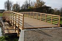 Nový dřevěný most přes říčku Rokytnou v zámeckém parku v Jaroměřicích nad Rokytnou.