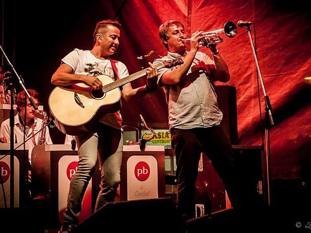 Petr Bende zve na vánoční turné virtuóze na mandolínu