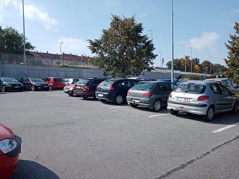 Zaparkovat v okolí nemocnice je mnohdy velká loterie. Právě tento problém by mohl vyřešit nový parkovací dům, který plánuje postavit Kraj Vysočina ve spolupráci s městem Třebíč na okraji nemocničního areálu.