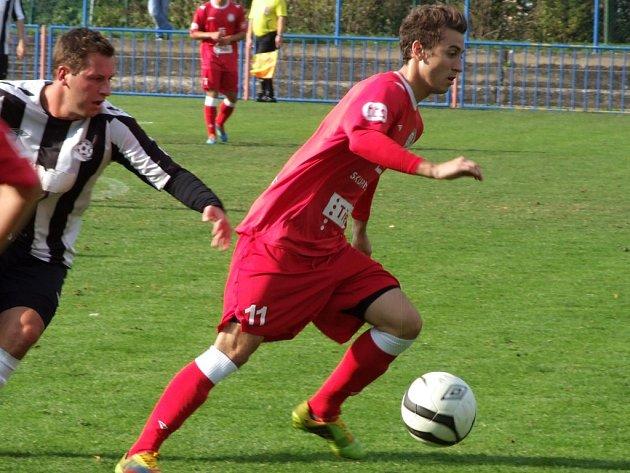 Juniorka HFK Třebíč (u míče) přehrála žďárskou rezervu, ale roli lídra potvrdila až ve druhém poločase.
