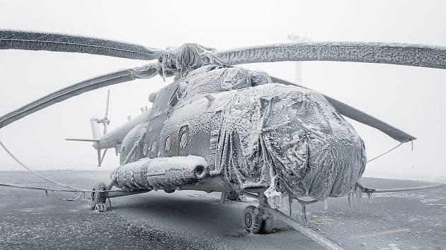 Odmrazovací stroj má pět rukávů, kterými fouká na vrtulníky teplý vzduch.