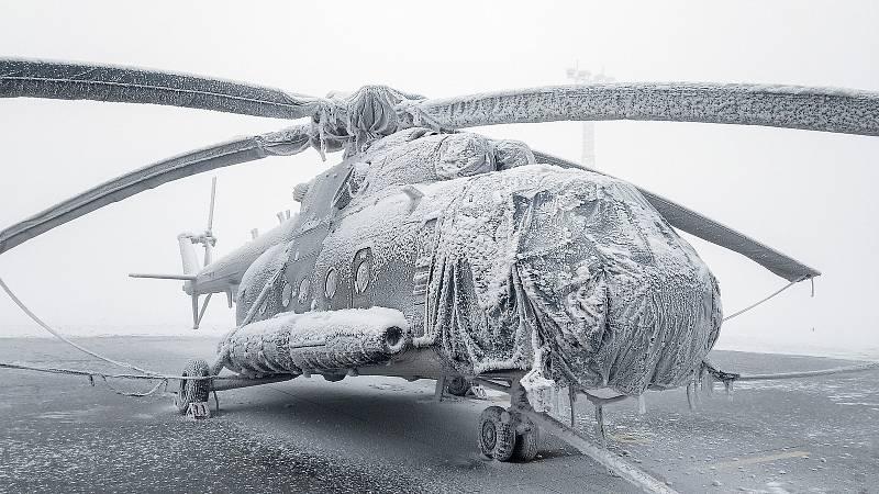Vrtulník Mi-171Š zabalený ve speciální ochranné plachtě.