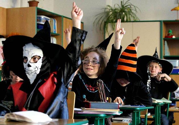 Již se stalo každoroční tradicí, že se poslední dubnový školní den ZŠ Týnská v Třebíči promění v kouzelnou školu plnou čarodějnických učňů.