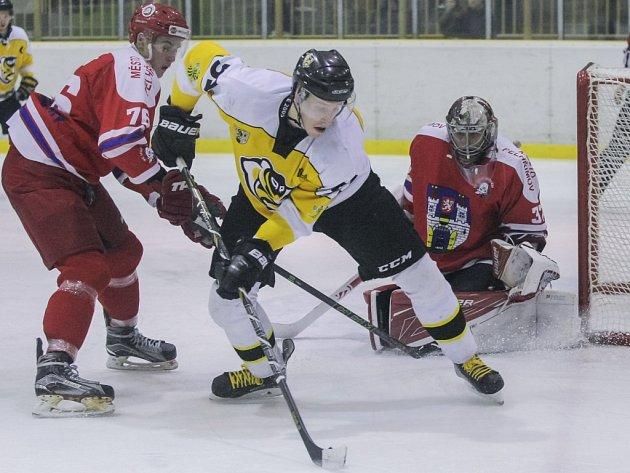 Živo bylo před pelhřimovskou brankou v krajském derby dohrávaného 31. kola druhé ligy na ledě Moravských Budějovic (ve žlutém), odkud si hosté odvezli debakl.